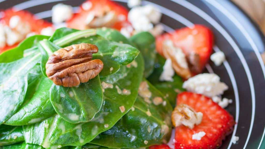 Spinach Strawberries Salad with Pecans
